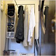 玄関わきの狭いスペースにぴったりの衣装ラックをDIY