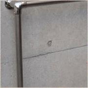 コンクリート壁に手すりを増設