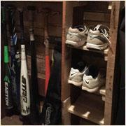 野球道具を整理して狭い玄関を広く使うDIY